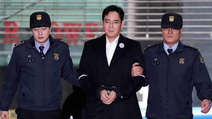 حاضر شدن Lee ، ریاست سامسونگ در دادگاه