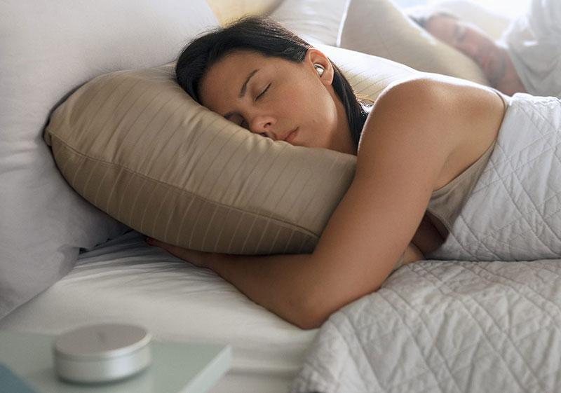 هدست Bose را در گوش بگذارد و راحت بخوابید!